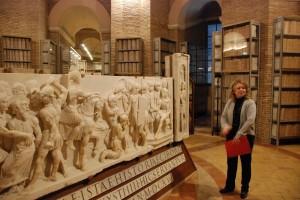 Pani Sylwia, kierownik Archiwum. Wcentrum, rekonstruowane cyborium znad grobu św.Piotra z1616 roku.