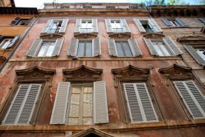 Rzymskie okiennice, strojne piano nobile...