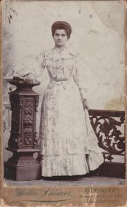 Kobieta wjasnej sukni. Lata 80-te, XIX wieku. Atelier Stuermer. Gleiwitz/Gliwice