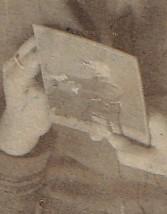 Fragment. Zdjęcie mężczyzny trzymane wrękach kobiety