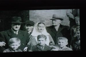 Mity ipiękne postaci. Matka Ewa (Eva von Tiele -Winkler) wśrodku zdjęcia.