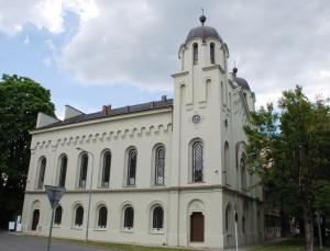 Zrewitalizowana synagoga. Widok odpołudnia.