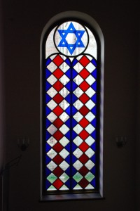 Witraż klatki schodowej prowadzącej naempory świątyni.