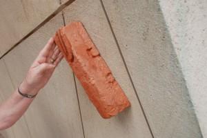 Mezuza. Wejście doMuzeum (cegła, któraosłużyła namateriał dowykonania mezuzy, pochodzi zdomu zterenu dawnego getta)