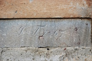 1867 (data fundowania kościoła, fragment cokołu fasady)