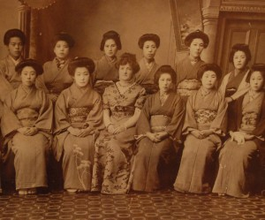 Pani MacKenzie i jej uczennice (1895). Zdjęcie ze zbiorów własnych