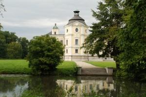 Pałac Eichendorffów wotoczeniu parkowym...