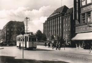Gliwice/ Gleiwitz około 1934 roku. W środku Haus Oberschlesien po prawej budynek domu towarowego DEFAKA (reprod. z pocztówki)