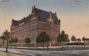 """Szkoła """"Leśna"""" na gliwickim Zatorzu. Lata 20-te XX wieku. Szkoła, do której uczęszczał H. Bienek, mieszkając w jednym z pobliskich domów wielorodzinnych (prawa strona pocztówki)"""