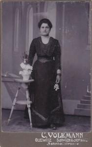Portret kobiety. Gleiwitz, Atelier C. Volkmann  (przed1910)
