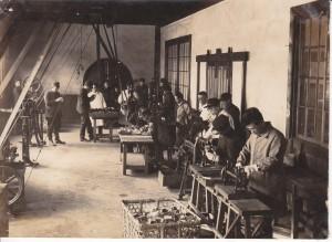 Zdobywanie nowego zawodu. Warsztaty szkolne, (początek XX wieku), Hokkaido, Japonia