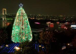 """Xmas tree"" nanabrzeżu Odaiby. Wtle nocna panorama Tokio."