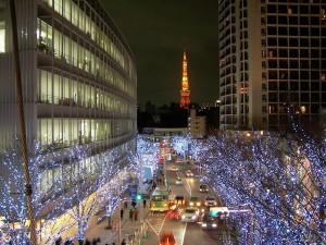 Roppongi Midtown. Świąteczna iluminacja. Wtle Tokyo Tower