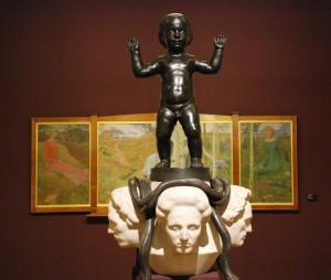 Fragment ekspozycji. Rzeźba Antona Hanaka, Dziecko jakim jest (1912). Wtle obraz Jana Preislera, Wiosna (1900)