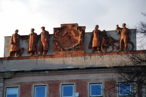 Grupa rzeźbiarska nadłukiem przy ulicy Nałuku (2015)