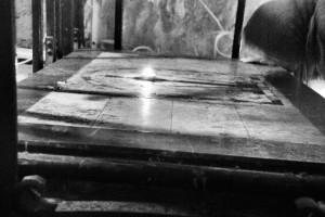 Bazylika Grobu Bożego. Wierna prawosławna całuje miejsce odnalezienia Krzyża Św.  (Jerozolima, 2013)