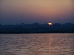 Słońce wstaje / Sun rises (Varanasi, India)