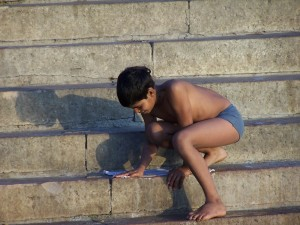 Mały chłopiec piorący / Little boy washing his clothe (Varanasi, India)