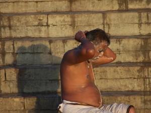 Mężczyzna nastopniach g(h)aty/ Man on the ghat (Varanasi)