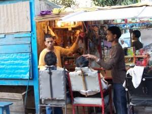 U fryzjera / Hair dresser (portrait of the city: Varanasi, India)
