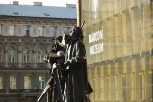 Stare inowe [Fasada nowego gmachu Muzeum Narodowego wPradze; historyczny budynek zostanie udostępniony dla zwiedzających w2018 roku na200-lecie istnienie Muzeum]