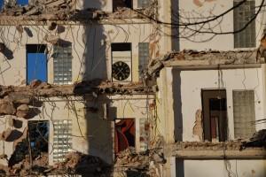 Wyburzanie starego [Usuwanie w centrum Opawy domu towarowego wzniesionego w pobliżu rynku w latach 70-tych XX wieku. ]
