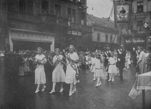 Wyjście pielgrzymki gliwickiej wdniu 5 września 1926 r. (materiały prasowe, repr. Leszek Jodliński)