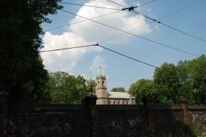 Widok zza muru. Kościól Elżbiety