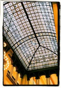 Niebos(z)kłon ponad wewnętrzną halą domu towarowego Wertheim (stan z2009r.)