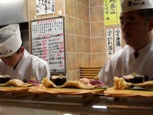 Przygotowywanie sushi. Naliściu leży już węgoż morski...