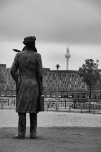 Traveller in Berlin / Podróżnik w Berlinie (area of Hauptbahnhof, Berlin)