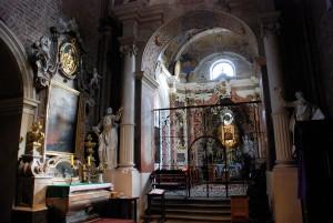 Relikwie św. Walentego (l.). Po prawej barokowa kaplica (1723-26) z obrazem Matki Boskiej Rudzkiej