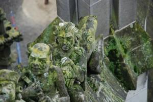 Mężczyzna zkołowrotkiem, diabeł ztrójzębem ('sHertogenbosch, dekoracja łuków przyporowych katedry św.Jana)