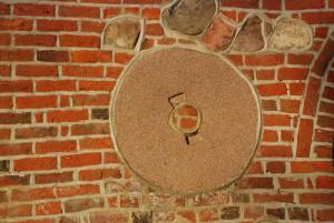 Znak (Osieki - kościół, fragment elewacji)