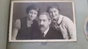 Martin Hirsch zcórkami Bianka (l.) iMiriam (r.) (żródło: zdjęcie zalbumu rodzinnego rodziny Hirsch; wszelkie prawa zastrzeżone)