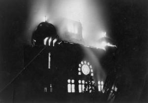 Płonąca Nowa Synagoga (Opole 9.11. 1938) (źródło: Wikipedia; domena publiczna)
