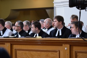 Zasłuchani (księża ewangeliccy wtrakcie jubileuszowego nabożeństwa, Cieszyn, Kościół Łaski)