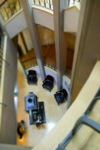 Hotel Cinema - klatka widok zgóry; naparterze historyczny projektor kinowy